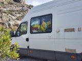 Der Camper bringt Transportboxen und Vorräte